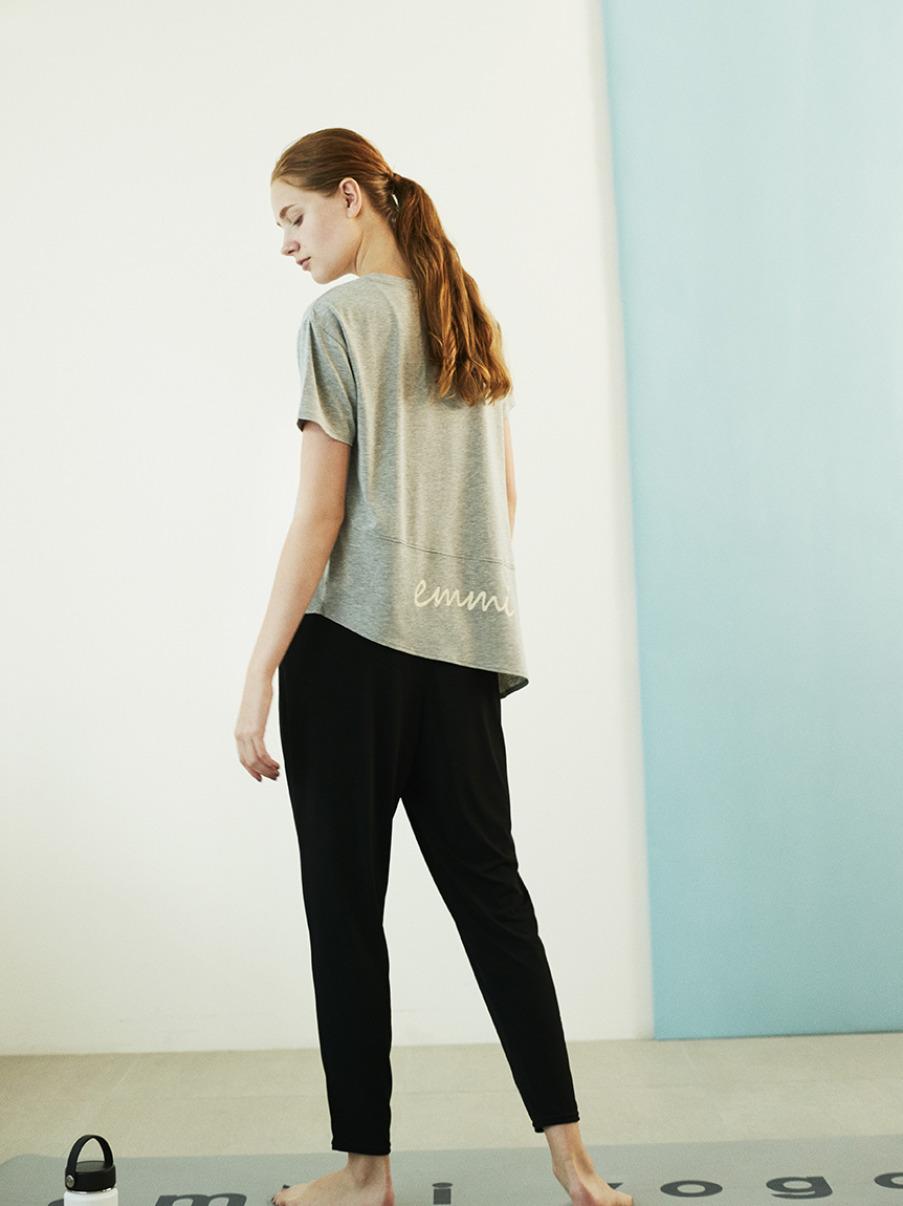 【emmi yoga】emmi ロゴTシャツ(GRY-F)